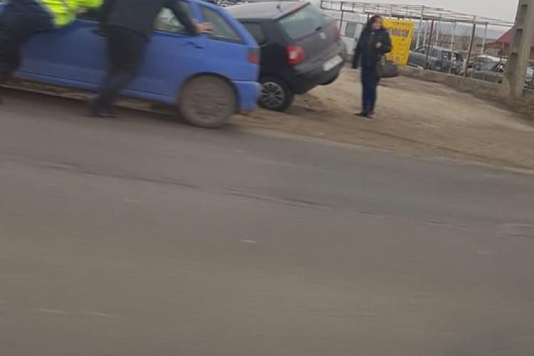 Accident la ieșire din Turda. Un șofer a ajuns cu mașina în șanț FOTO