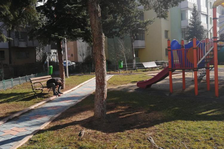 Tânăr DROGAT în plină zi, într-un parc din Mănăștur. Zăcea inert pe bancă FOTO