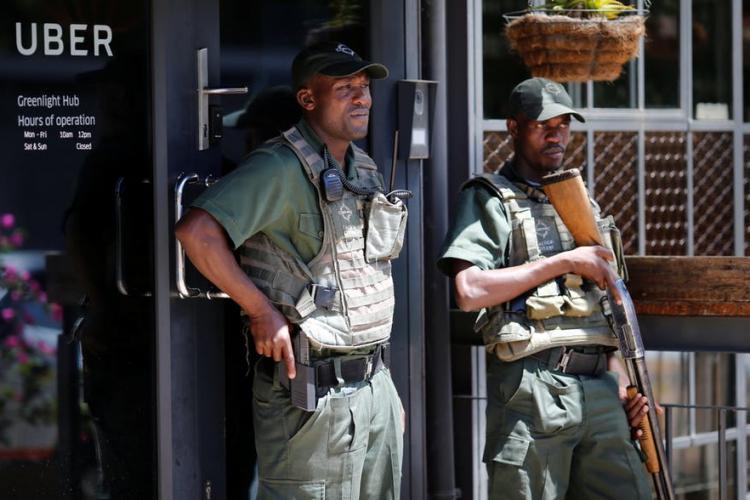 Un clujean a cumpărat 500.000 de măști din Africa. A fost nevoie de pază armată pentru a păzi transportul de jefuitori
