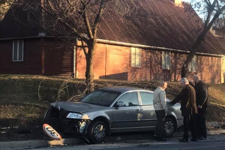 Un șofer a rupt un copac pe Bulevardul 1 Decembrie 1918 - FOTO