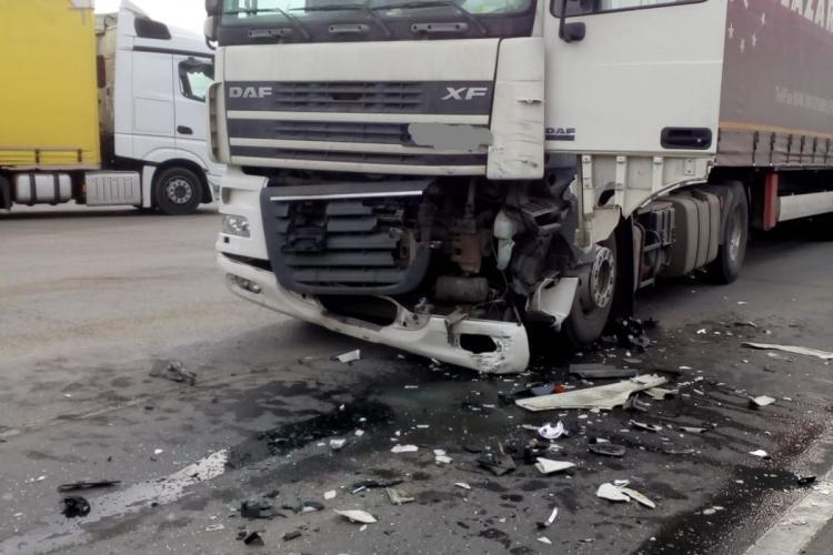 Accident între un autoturism și un TIR la ieșire din Turda. O persoană a rămas încarcerată FOTO