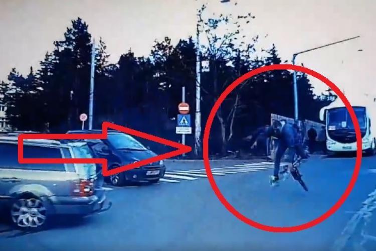 Un biciclist fără cască a zburat în cap, lângă Iulius Mall! S-a speriat de o mașină - VIDEO