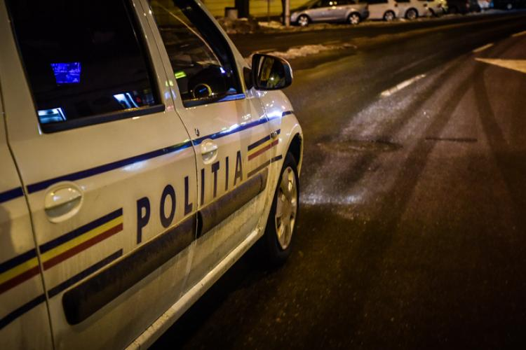 """CLUJ: Șofer prins beat la volan după ce a cauzat un accident. S-a """"înfipt"""" cu mașina într-un stâlp"""