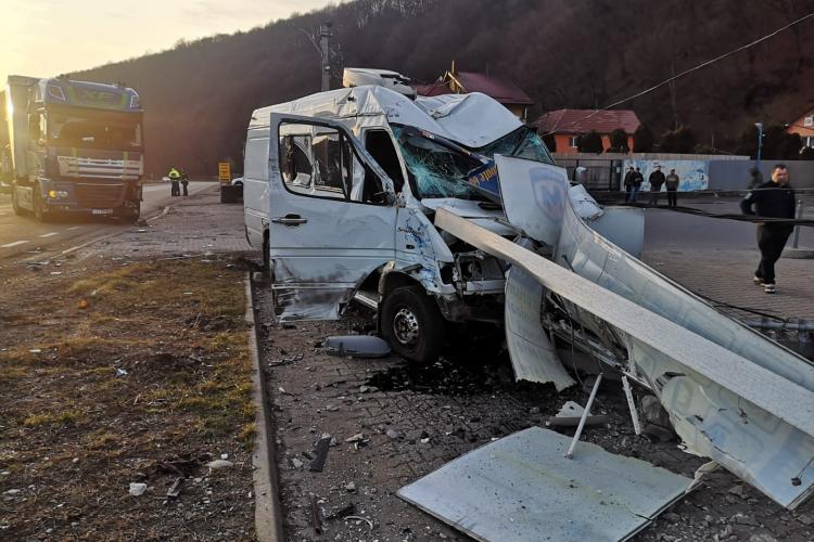 Accident grav la Ciucea între un TIR și un microbuz - FOTO