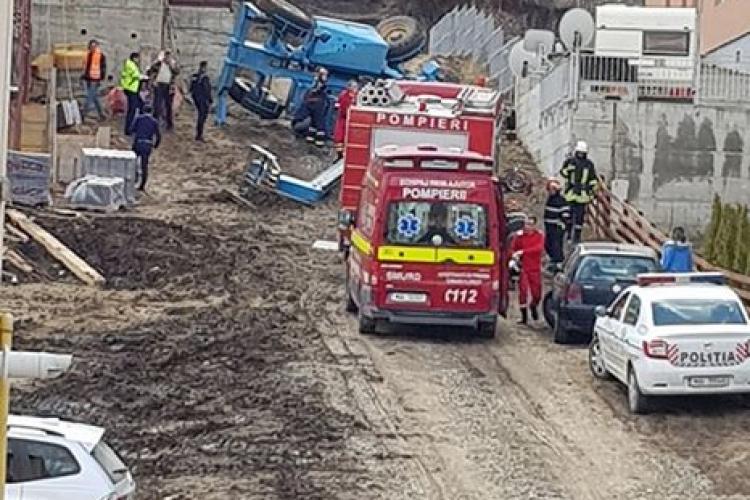 Muncitor prins sub o macara răsturnată pe strada Teilor, din Florești - FOTO