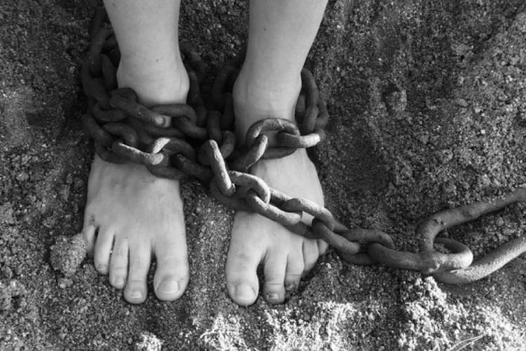 Poveste de COȘMAR! O femeie cu probleme mentale a fost ținută în lanțuri de propriul tată