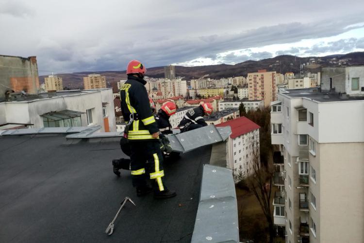 Vijeliile cauzează probleme la Cluj! Pompierii au intervenit la un bloc din Mănăștur, după ce o tablă s-a desprins de pe acoperiș FOTO