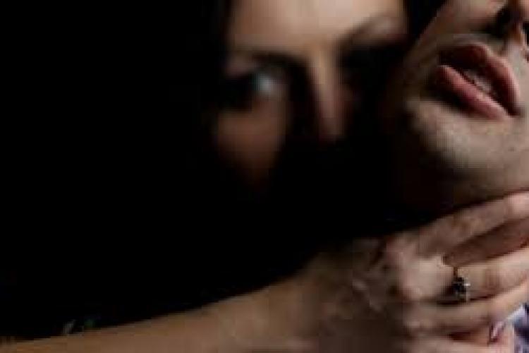 Clujean DROGAT și jefuit de o femeie pe care a cunoscut-o pe internet și a adus-o acasă
