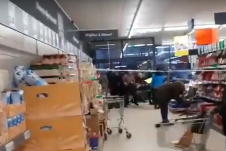 Un bărbat a murit la Lidl, iar oamenii fac cumpărături cu mortul lângă ei - VIDEO