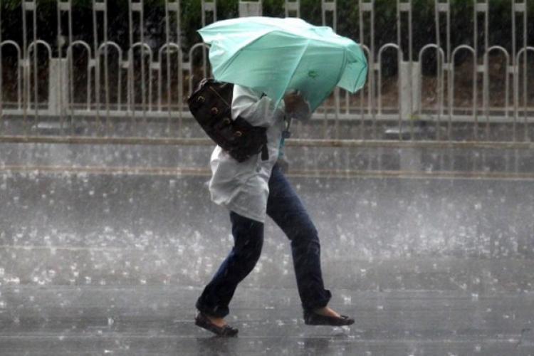 ATENȚIE, șoferi! Cod galben de ploaie și depuneri de polei la Cluj