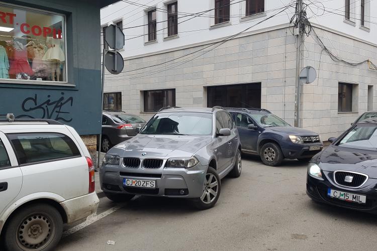 Un șofer cu BMW a blocat strada St.O. Iosif cu o parcare de profesionist - VIDEO
