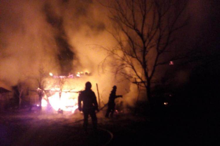 CLUJ: Locuința unei familii a luat foc în toiul nopții. Pompierii au intervenit prompt FOT/VIDEO