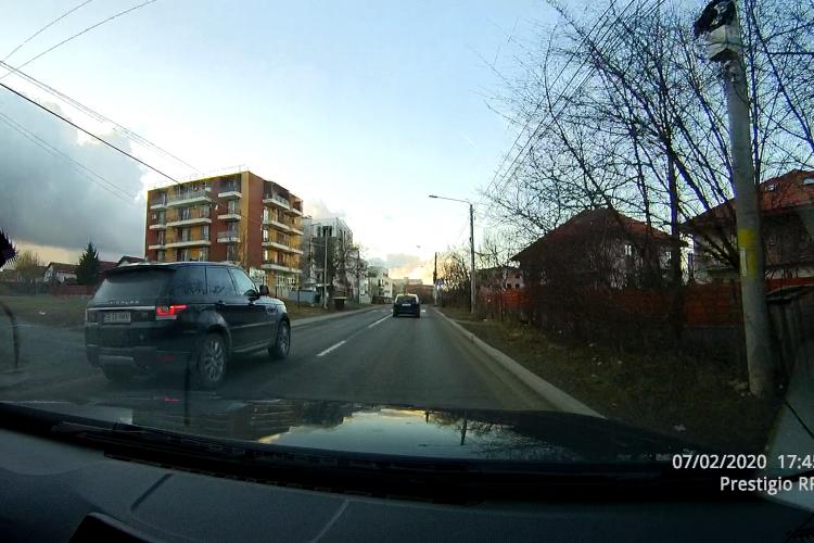 Pe strada Borhanci se circulă cu viteză și nu se respectă regulile! Drumul e și îngust - VIDEO
