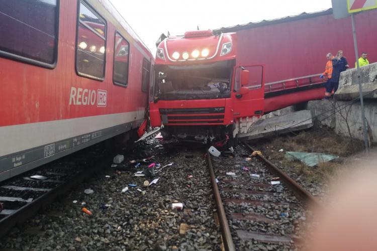 Accident feroviar la Cluj! Un TIR și un autoturism au fost lovite de tren FOTO
