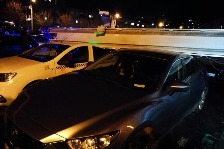 Panou publicitar URIAȘ a căzut la Sala Sporturilor peste patru mașini când ieșea lumea de la meci - VIDEO