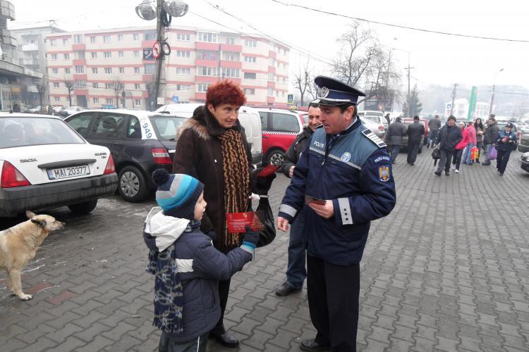 Politistiii din Cluj au impartit 8.000 de felicitari cu sfaturi pentru prevenirea furturilor
