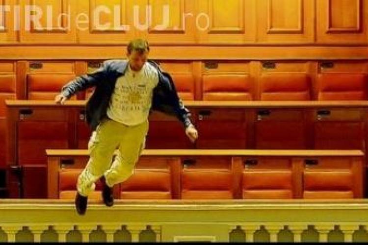 Adrian Sobaru si-a incheiat o asigurare de viata inainte sa se arunce de la balconul Parlamentului