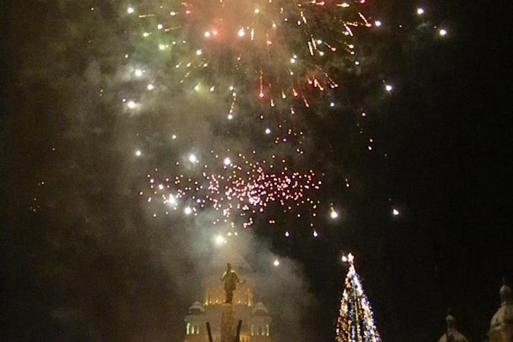 """Focuri de artificii in Piata Avram Iancu in noaptea de Revelion! 5.000 de clujeni au spus """"La Multi Ani"""" - VIDEO si FOTO"""
