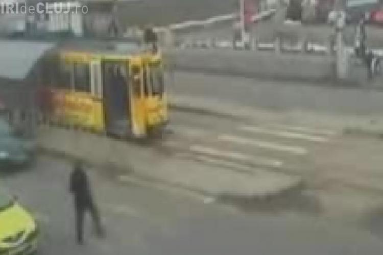 Un batran din Iasi a fost spulberat de o masina! Accidentul a fost surprins de o camera de supraveghere- VIDEO Imagini Socante