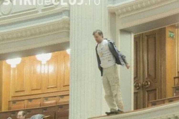 Emil Boc, socat de incidentul in care un angajat al TVR s-a aruncat de la balcon in Parlament