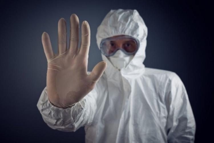 Pacient cu coronavirus, recalcitrant cu medicii care îl îngrijeau: Și-a scos masca și a început să tușească