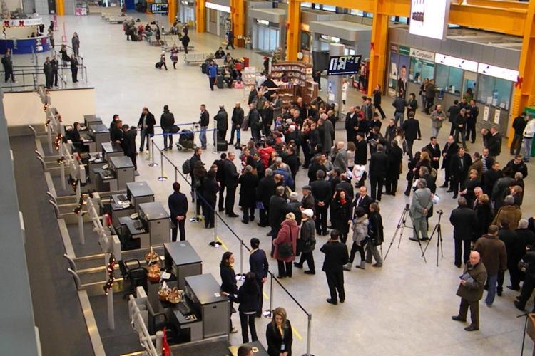 Pasagerii ajunși pe Aeroportul Cluj din Franța și Germania au făcut scandal pentru că sunt duși în carantină