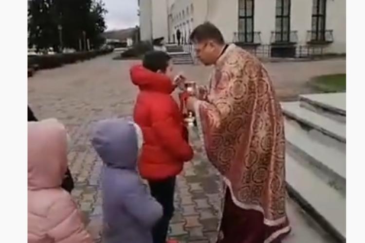 La Câmpia Turzii și copiii au fost împărtășiți cu aceeași lingură - VIDEO