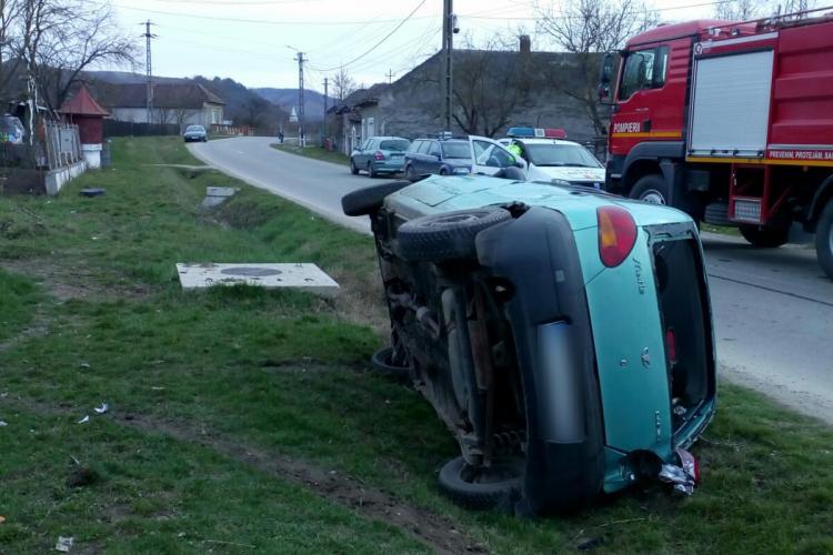 Accident cu o victimă pe un drum din Cluj. Un șofer a ajuns cu mașina în șanț FOTO