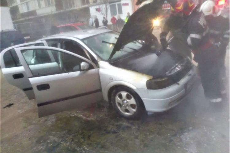 Mașină în flăcări la Florești. Pompierii au reușit să stingă rapid incendiu, înainte ca focul să ajungă la conducta de gaz FOTO