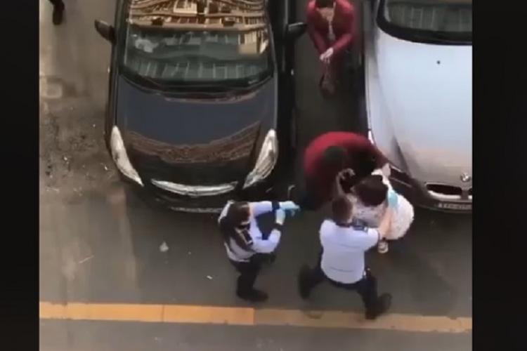 O femeie care refuză să stea în izolare se ia la trântă cu polițiștii - VIDEO