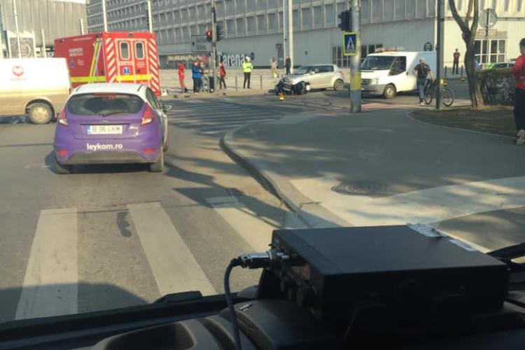Accident cu o victimă lângă Sala Polivalentă. Un motociclist a trecut pe roșu FOTO