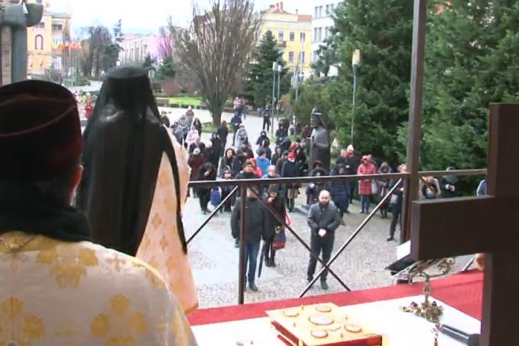 Cluj: Preoții continuă slujbele și adună oamenii în Piața Avram Iancu