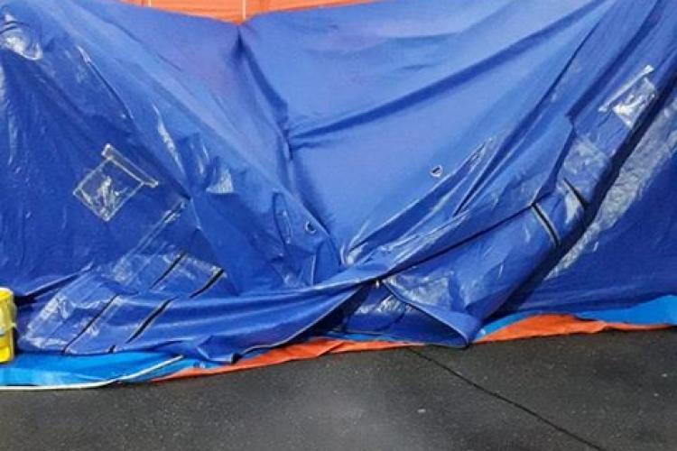 La UPU Copii Cluj plouă în cortul de triaj amplasat la intrare. Medicii au pus găleți și role de hârtie / UPDATE: Problema a fost remediată - FOTO