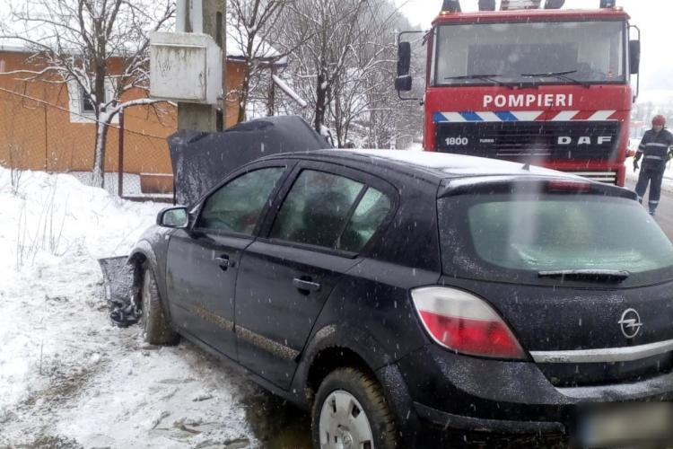 Vremea rea face victime la Cluj. O șoferiță a ajuns cu mașina în stâlp FOTO