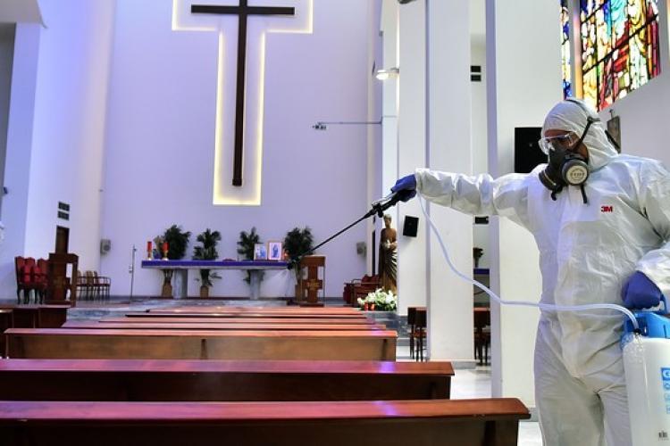 Mitropolia Clujului le cere credincioșilor să nu se înghesuie la biserică