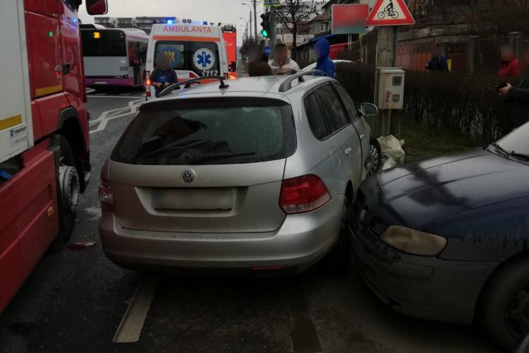 Accident între un TIR și două mașini în Dâmbul Rotund FOTO