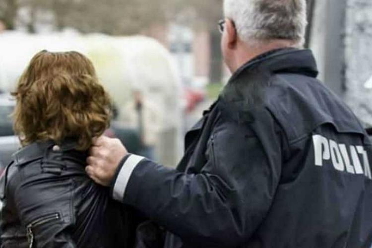 Clujeancă imobilizată de polițiști pe Calea Turzii și dusă la psihiatrie. Încerca să oprească mașinile în trafic