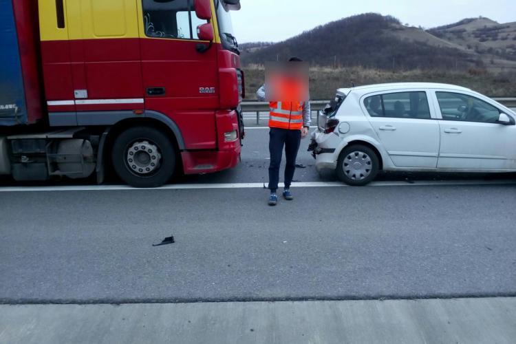 Accident între un TIR și un autoturism pe Autostrada Transilvania. Un bărbat a ajuns la spital FOTO