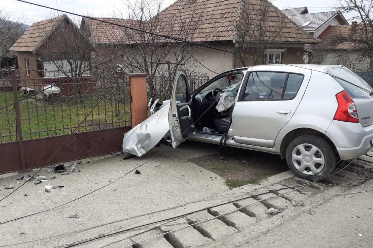 CLUJ: Un șofer a ajuns la spital după ce a adormit la volan și a intrat cu mașina în stâlp FOTO