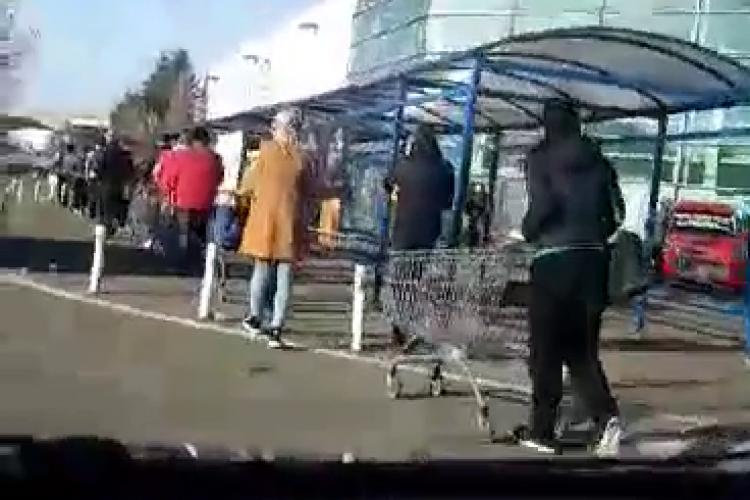 Clujenii stau ordonați la cozi în fața magazinelor! Începe să arate la Cluj ca în Italia - VIDEO