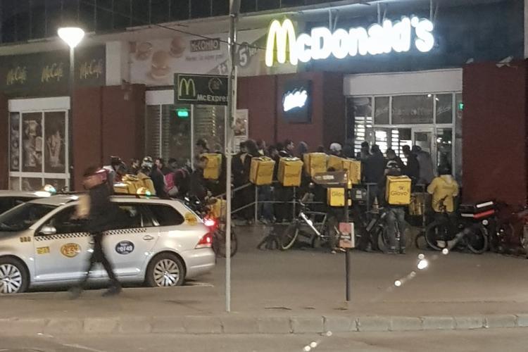 Poza zilei la Cluj! Curierii fac coadă la McDonald's  FOTO
