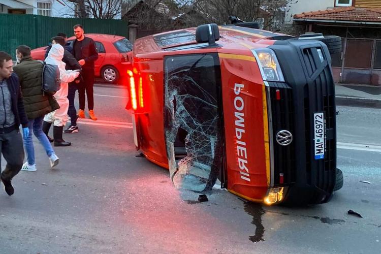 Cluj: Mașină SMURD care transporta carantinați din Franța, lovită și răsturnată lângă Podul Garibaldi - FOTO