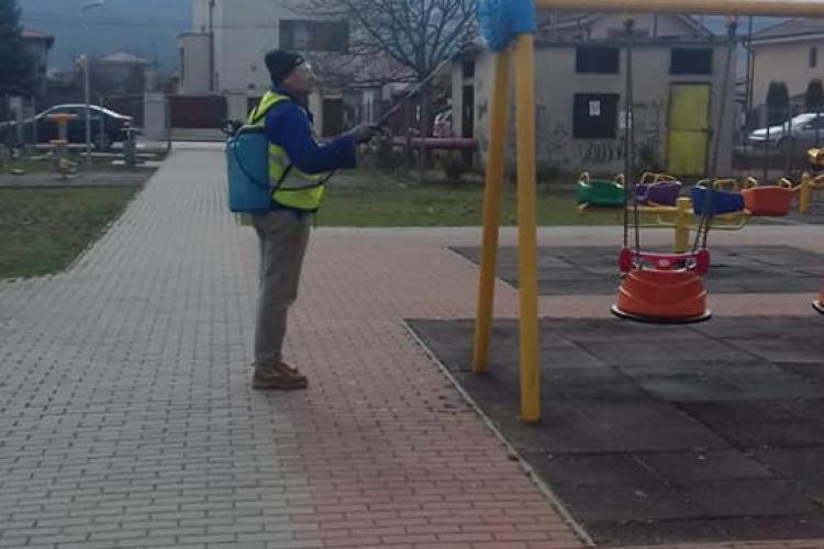 La Florești, se dezinfectează spațiile publice: parcuri de joacă, stații de autobuz - FOTO