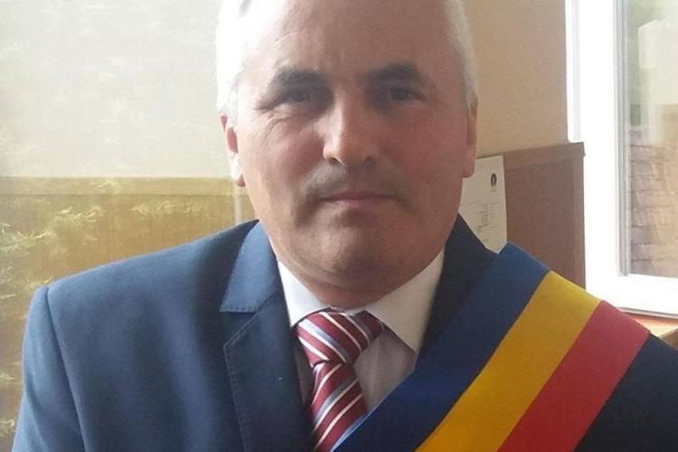 Primarul din comuna cojocna refuză să stea în izolare, deși s-a întâlnit cu două persoane aflate pe lista de izolați