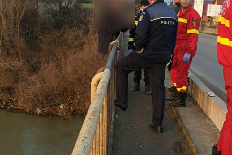CLUJ: Tentativă de suicid! Un bărbat care amenința că se aruncă în râu a fost imobilizat de polițiști FOTO