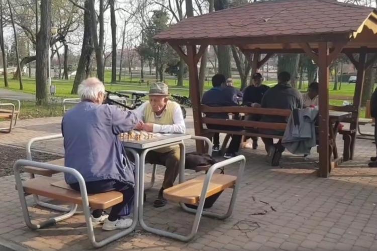 Ordonanța militară 3: Vârstnicii mai pot ieși din casă numai între orele 11.00 - 13.00. Cum se deplasează angajații