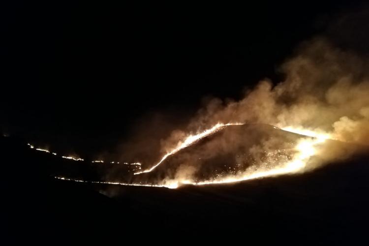 Incendiu la o pășune de zeci de hectare în Băișoara. Pompierii au stins flăcările după patru ore FOTO/VIDEO