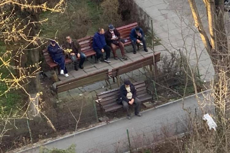Cluj: Pensionarii iau cu asalt magazinele și ies la taclale în parcuri. Sunt GREU DE OPRIT pentru că nu cred în pericolul coronavirus - FOTO