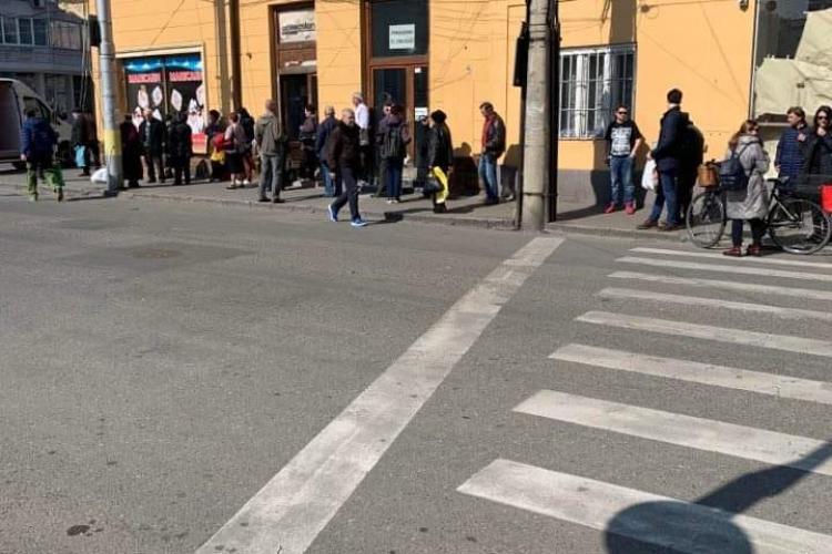 Cluj: Unii stau acasă, iar alții fac coadă la magazinul cu carne de curcan: Le era poftă - FOTO