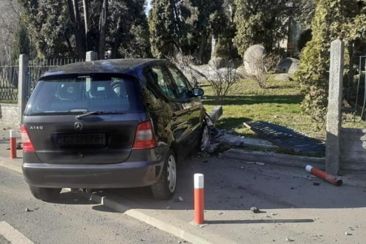 """Altă """"parcare"""" reușită la Casa Radio! Un șofer a demolat gardul - FOTO"""